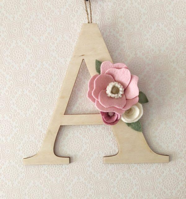 Losse houten letter met bloemen