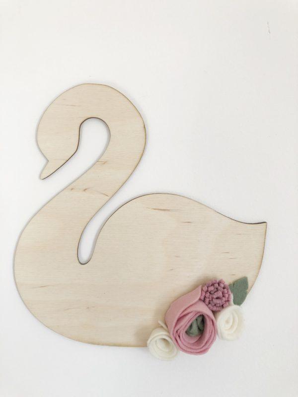 zwaan hout met bloemen